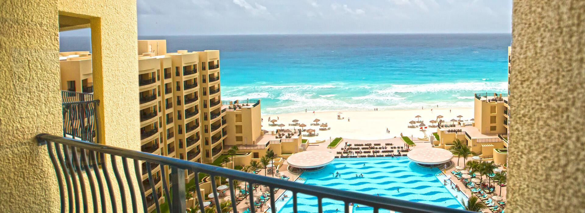 Junior suite con vista al mar y balcón privado donde disfrutarás impresionantes vistas del Mar